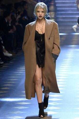 Wie kombinieren: brauner Mantel, schwarzes Camisole-Kleid aus Spitze, schwarze Wildleder Stiefeletten mit Ausschnitten