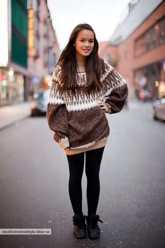 Wie kombinieren: brauner Oversize Pullover mit Fair Isle-Muster, schwarze Leggings, schwarze flache Stiefel mit einer Schnürung aus Leder