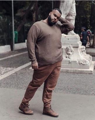 Braunen Pullover mit einem Rundhalsausschnitt kombinieren – 143 Herren Outfits: Kombinieren Sie einen braunen Pullover mit einem Rundhalsausschnitt mit einer braunen Chinohose, um mühelos alles zu meistern, was auch immer der Tag bringen mag. Braune Lederarbeitsstiefel liefern einen wunderschönen Kontrast zu dem Rest des Looks.