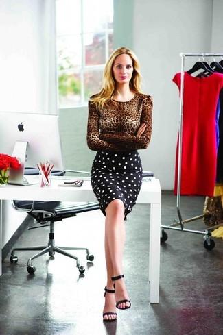 Wie kombinieren: brauner Pullover mit einem Rundhalsausschnitt mit Leopardenmuster, schwarzer und weißer gepunkteter Bleistiftrock, schwarze Leder Sandaletten