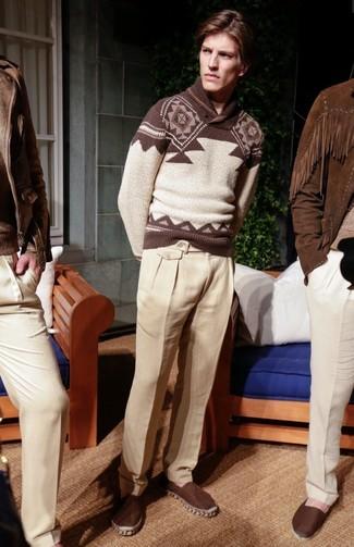 Wie kombinieren: brauner Pullover mit einem Schalkragen mit Fair Isle-Muster, hellbeige Leinen Anzughose, dunkelbraune Segeltuch Espadrilles