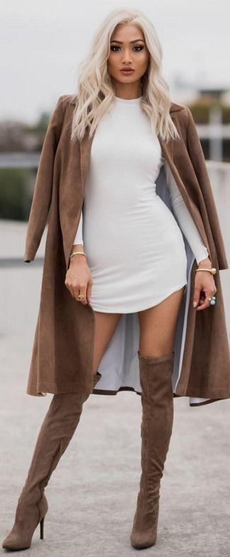 Brauner Staubmantel, Weißes Figurbetontes Kleid, Braune Overknee Stiefel aus Wildleder für Damen