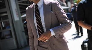 Wie kombinieren: brauner vertikal gestreifter Anzug, weißes Businesshemd, schwarze gepunktete Krawatte