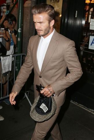 David Beckham trägt Brauner Wollanzug, Weißes Businesshemd, Braune Schiebermütze mit Fischgrätenmuster