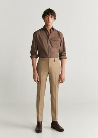 braunes Langarmhemd, beige Chinohose, dunkelbraune Chelsea Boots aus Leder für Herren