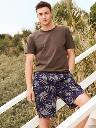 Wie kombinieren: braunes T-Shirt mit einem Rundhalsausschnitt, dunkelblaue bedruckte Shorts