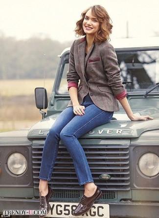Braunes Wollsakko mit Karomuster kombinieren: trends 2020: Mit dieser Kombi aus einem braunen Wollsakko mit Karomuster und blauen engen Jeans sind trendbewusste Frauen ideal angezogen. Putzen Sie Ihr Outfit mit dunkelbraunen Leder Brogues.