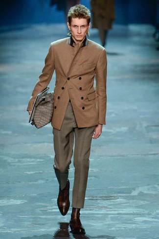 braunes Zweireiher-Sakko, graue Anzughose, dunkelbraune Chelsea-Stiefel aus Leder für Herren