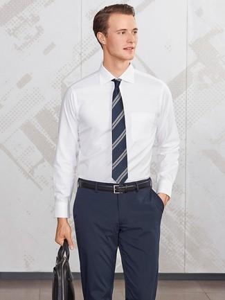 Wie kombinieren: weißes Businesshemd, dunkelblaue Anzughose, schwarze Leder Aktentasche, dunkelblaue vertikal gestreifte Krawatte