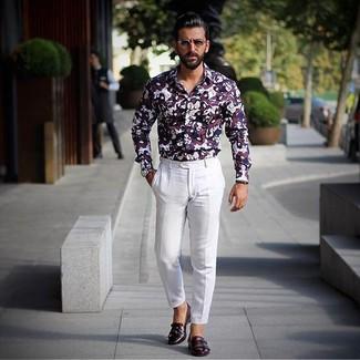 Wie kombinieren: dunkelrotes bedrucktes Businesshemd, weiße Anzughose, dunkelrote Doppelmonks aus Leder, dunkelblaue Lederuhr