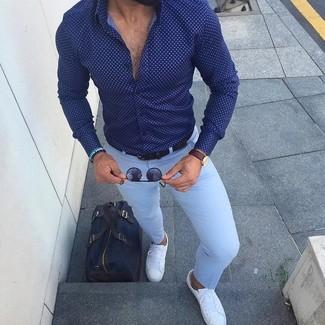 Wie kombinieren: dunkelblaues und weißes gepunktetes Businesshemd, hellblaue Anzughose, weiße Leder niedrige Sneakers, dunkelblaue Segeltuch Reisetasche