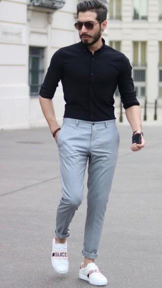 Wie kombinieren: schwarzes Businesshemd, graue Anzughose, weiße Leder niedrige Sneakers, dunkelbraune Sonnenbrille