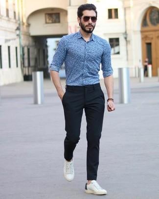 Wie kombinieren: blaues Businesshemd mit Blumenmuster, schwarze Anzughose, weiße Leder niedrige Sneakers, dunkelbraune Sonnenbrille
