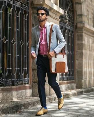 Wie kombinieren: fuchsia Businesshemd, schwarze Anzughose, beige Leder Oxford Schuhe, braune Leder Umhängetasche