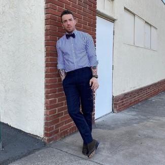 Fliege kombinieren – 339 Herren Outfits: Ein weißes und dunkelblaues vertikal gestreiftes Businesshemd und eine Fliege sind eine perfekte Wochenend-Kombination. Fühlen Sie sich mutig? Komplettieren Sie Ihr Outfit mit dunkelbraunen Wildleder Oxford Schuhen.
