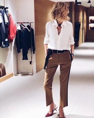 Wie kombinieren: weißes Chiffon Businesshemd, braune Anzughose, rote Leder Pumps, schwarzer Wildledergürtel