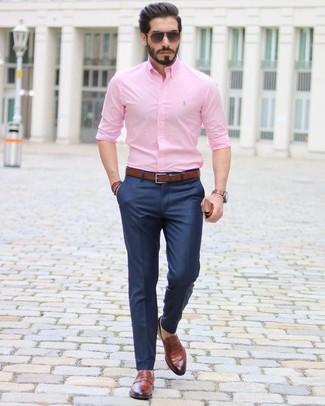 Wie kombinieren: rosa Businesshemd, dunkelblaue Anzughose, braune Leder Slipper, dunkelbrauner Ledergürtel