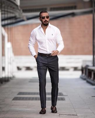 Wie kombinieren: weißes Businesshemd, dunkelgraue vertikal gestreifte Anzughose, dunkelbraune geflochtene Leder Slipper, dunkelbrauner Ledergürtel