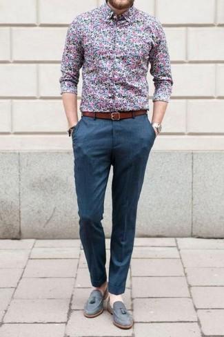 Wie kombinieren: blaues Businesshemd mit Blumenmuster, blaue Anzughose, graue Wildleder Slipper mit Quasten, rotbrauner Ledergürtel
