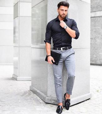 Wie kombinieren: schwarzes Businesshemd, graue Wollanzughose, schwarze Leder Slipper mit Quasten, schwarze Leder Clutch Handtasche