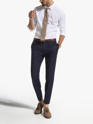 Beige Strick Krawatte kombinieren – 12 Herren Outfits: Kombinieren Sie ein weißes Businesshemd mit einer beige Strick Krawatte für eine klassischen und verfeinerte Silhouette. Braune Wildleder Slipper mit Quasten sind eine kluge Wahl, um dieses Outfit zu vervollständigen.