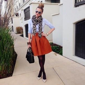 Wie kombinieren: hellblaues Businesshemd, orange ausgestellter Rock, graue Leder Pumps, schwarze Satchel-Tasche aus Leder