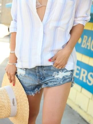 Wie kombinieren: weißes und blaues vertikal gestreiftes Businesshemd, hellbeige Häkel Bikinioberteil, blaue Jeansshorts mit Destroyed-Effekten, beige Strohhut