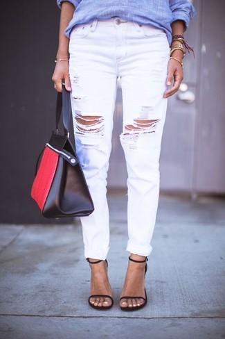 Wie kombinieren: blaues vertikal gestreiftes Businesshemd, weiße Boyfriend Jeans mit Destroyed-Effekten, schwarze Leder Sandaletten, rote und schwarze Shopper Tasche aus Leder