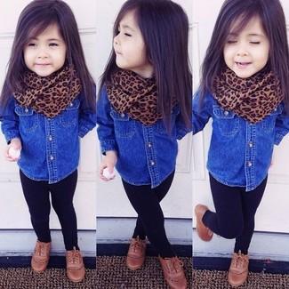 Wie kombinieren: blaues Jeans Businesshemd, schwarze Leggings, braune Oxford Schuhe, brauner Schal