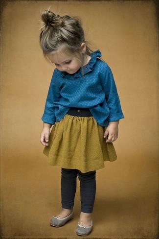 Wie kombinieren: blaues Businesshemd, senf Rock, dunkelgraue Leggings, graue Ballerinas
