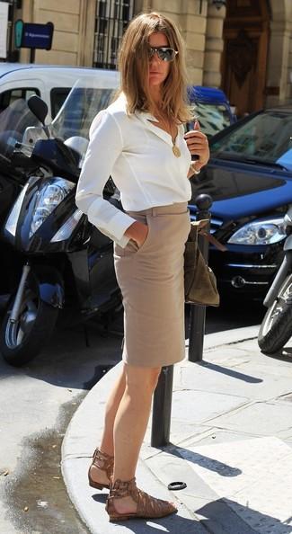 Wie kombinieren: weißes Seide Businesshemd, hellbeige Bleistiftrock, braune flache Sandalen aus Leder mit Schlangenmuster, schwarze und goldene Sonnenbrille