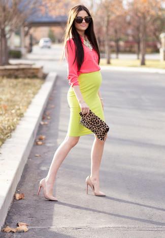 Beige Wildleder Clutch mit Leopardenmuster kombinieren – 12 Elegante Damen Outfits: Um ein entspanntes Outfit zu erzeugen, wahlen Sie ein fuchsia Businesshemd und eine beige Wildleder Clutch mit Leopardenmuster. Vervollständigen Sie Ihr Look mit hellbeige Leder Pumps.