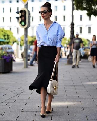 Wie kombinieren: hellblaues Businesshemd, schwarzer Bleistiftrock mit Rüschen, schwarze und gelbbraune Leder Pumps, weiße gesteppte Satchel-Tasche aus Leder