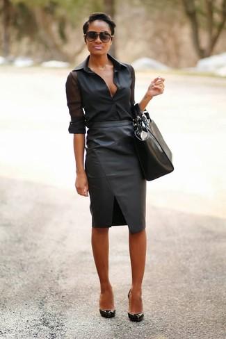 Wie kombinieren: schwarzes Chiffon Businesshemd, schwarzer Leder Bleistiftrock, schwarze Leder Pumps, schwarze Shopper Tasche aus Leder