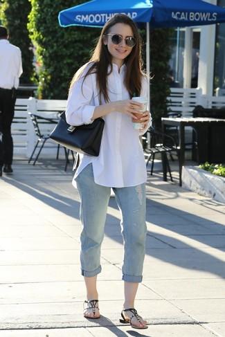 Wie kombinieren: weißes Businesshemd, hellblaue Boyfriend Jeans mit Destroyed-Effekten, schwarze verzierte Leder Zehentrenner, schwarze Satchel-Tasche aus Leder