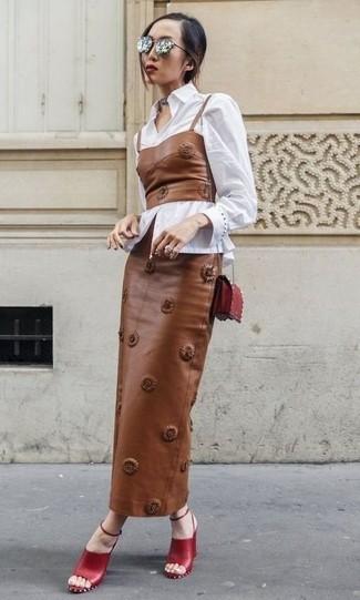 Wie kombinieren: weißes Businesshemd, braunes Leder Bustier-Oberteil, brauner Leder Maxirock, rote Leder Sandaletten