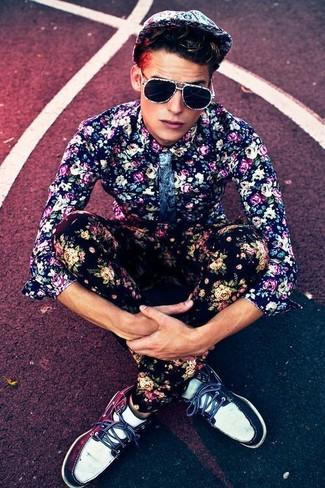 Wie kombinieren: dunkelblaues Businesshemd mit Blumenmuster, schwarze Chinohose mit Blumenmuster, dunkelblaue und weiße Leder Bootsschuhe, weiße Baseballkappe mit Blumenmuster
