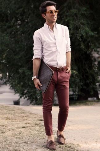 Wie kombinieren: hellbeige Businesshemd, dunkelrote Chinohose, braune Leder Bootsschuhe, dunkelbraune bedruckte Leder Clutch Handtasche