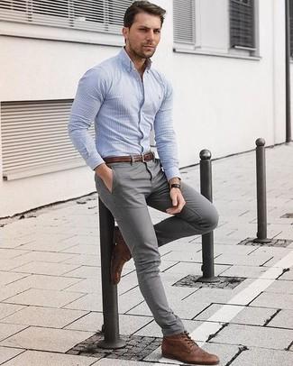 Wie kombinieren: hellblaues vertikal gestreiftes Businesshemd, graue Chinohose, braune Brogue Stiefel aus Leder, brauner Ledergürtel