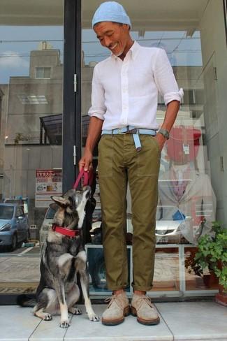 Wie kombinieren: weißes Businesshemd, olivgrüne Chinohose, hellbeige Chukka-Stiefel aus Wildleder, hellblaue Mütze