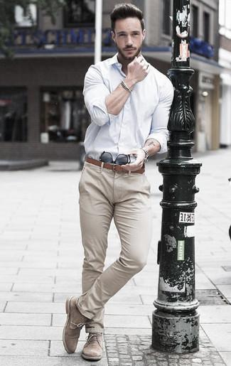 Wie kombinieren: weißes Businesshemd, hellbeige Chinohose, hellbeige Chukka-Stiefel aus Wildleder, brauner Ledergürtel