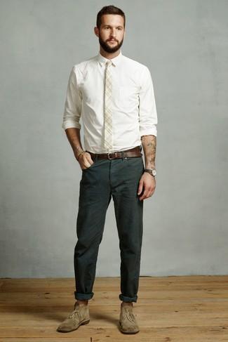 Wie kombinieren: weißes Businesshemd, dunkelgrüne Chinohose, olivgrüne Chukka-Stiefel aus Wildleder, hellbeige Krawatte mit Schottenmuster