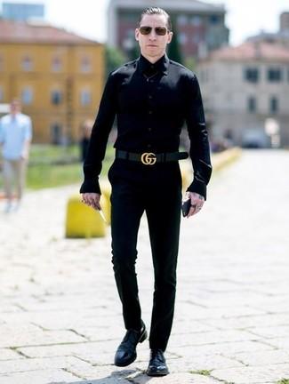 Wie kombinieren: schwarzes Businesshemd, schwarze Chinohose, schwarze Leder Derby Schuhe, schwarzer Ledergürtel
