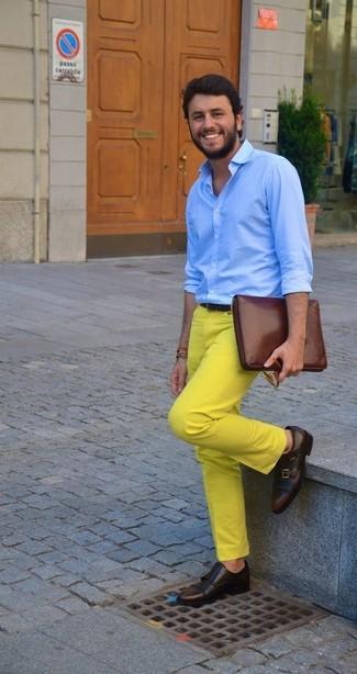 Wie kombinieren: hellblaues Businesshemd, gelbe Chinohose, dunkelbraune Doppelmonks aus Leder, braune Leder Clutch Handtasche