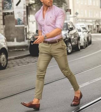 Wie kombinieren: rosa vertikal gestreiftes Businesshemd, beige Chinohose, braune Leder Slipper, brauner Ledergürtel