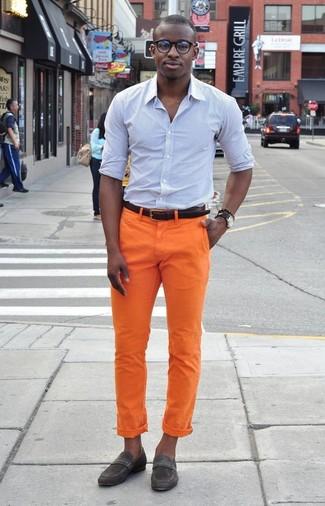 Wie kombinieren: hellblaues vertikal gestreiftes Businesshemd, orange Chinohose, dunkelgraue Wildleder Slipper, dunkelbrauner Ledergürtel