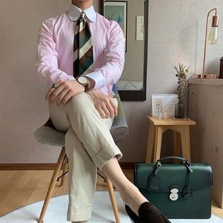 Hellbeige Chinohose kombinieren – 1200+ Herren Outfits: Kombinieren Sie ein rosa Businesshemd mit einer hellbeige Chinohose, um einen eleganten, aber nicht zu festlichen Look zu kreieren. Entscheiden Sie sich für dunkelbraunen Wildleder Slipper, um Ihr Modebewusstsein zu zeigen.