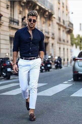 Wie kombinieren: dunkelblaues Businesshemd, weiße Chinohose, dunkelbraune Leder Slipper mit Quasten, dunkelbrauner geflochtener Ledergürtel