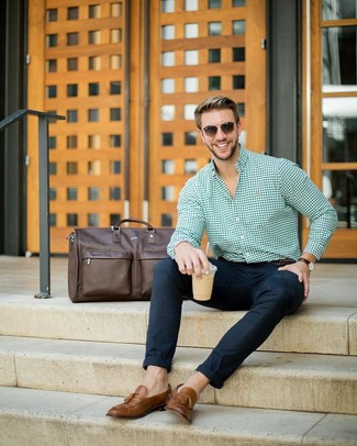 Dunkelbraune Leder Sporttasche kombinieren: trends 2020: Für ein bequemes Couch-Outfit, kombinieren Sie ein grünes Businesshemd mit Vichy-Muster mit einer dunkelbraunen Leder Sporttasche. Fühlen Sie sich ideenreich? Ergänzen Sie Ihr Outfit mit braunen Leder Slippern mit Quasten.