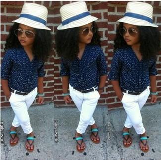 Wie kombinieren: dunkelblaues Businesshemd, weiße Hose, mintgrüne Sandalen, weißer Hut